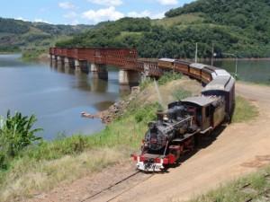 Trem das Termas logo após passar sobre a Ponte Ferroviária sobre o Rio Uruguai