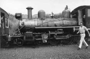 Patrick Dollinger, na Estação de Carlos Gomes, inspeciona o trem na primeira viagem experimental realizada pela ABPF em 22 de fevereiro de 1981. Foto: Carlos Alberto Romito de Carvalho.